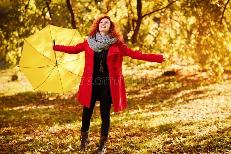Счастливая девушка в природе с зонтиком стоковые фото