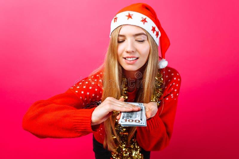 Счастливая девушка в шляпе рождества и с сусалью на ее шеи, острословием стоковое изображение rf