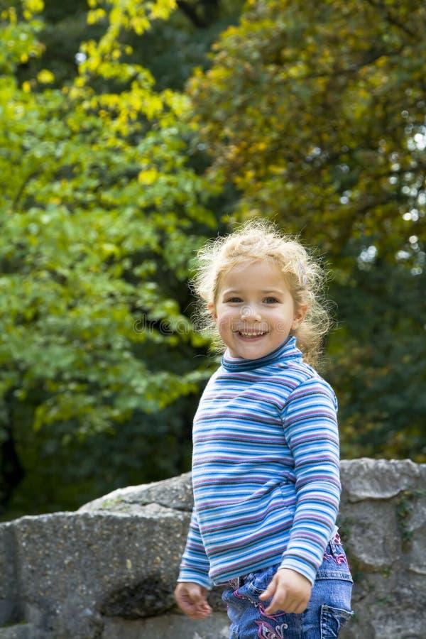 Счастливая девушка играя снаружи стоковое изображение rf