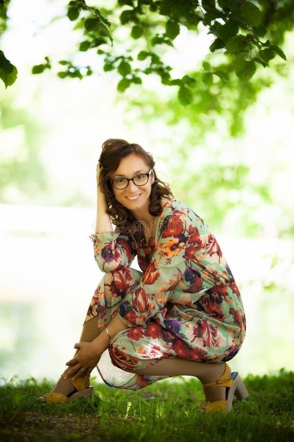 Счастливая девушка между листьями дерева стоковые изображения rf
