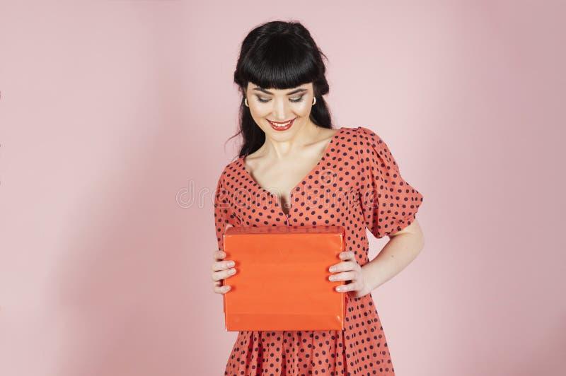Счастливая девушка на розовой предпосылке стоковые изображения rf