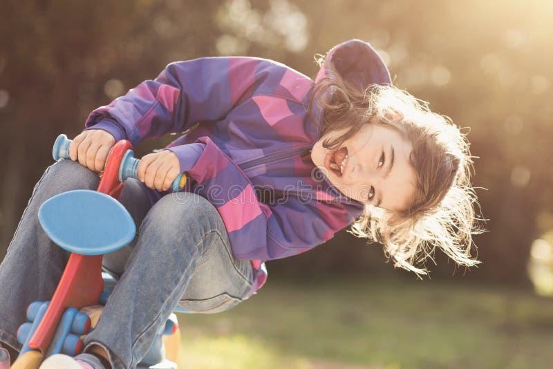 Счастливая девушка на спортивной площадке стоковые фотографии rf