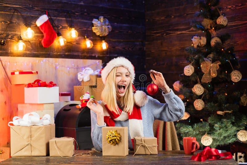 Счастливая девушка подготавливая отпраздновать Новый Год и веселое рождество женщина рождества удивленная подарком Мы желаем все стоковая фотография rf
