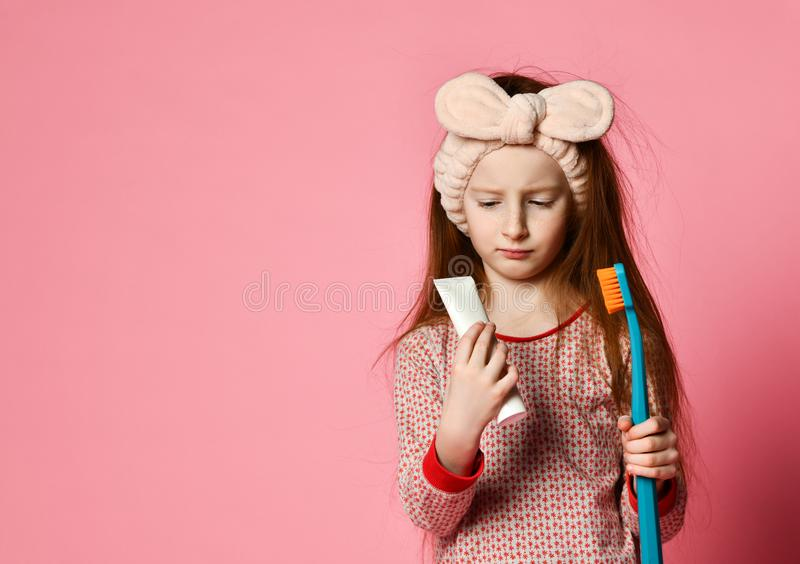 Счастливая девушка ребенка с зубами и улыбками щеток зубной щетки стоковые изображения rf