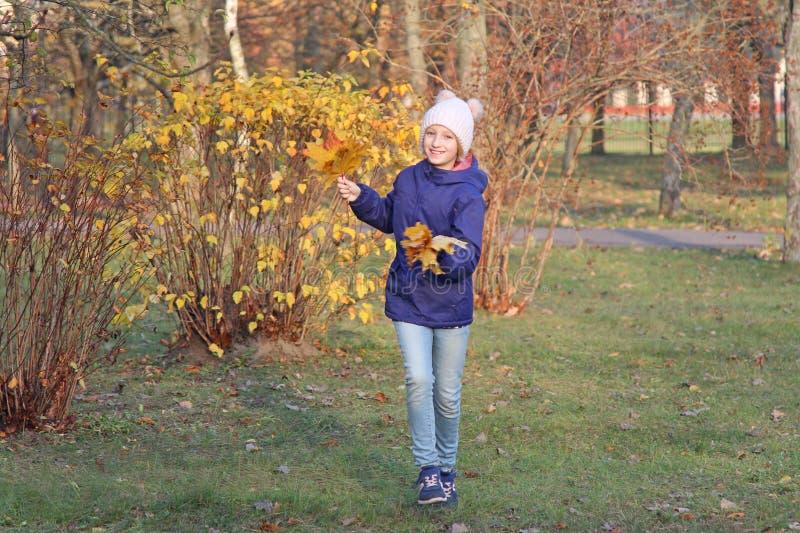 Счастливая девушка ребенк в теплой шляпе Осень, прогулка в парке стоковое фото rf