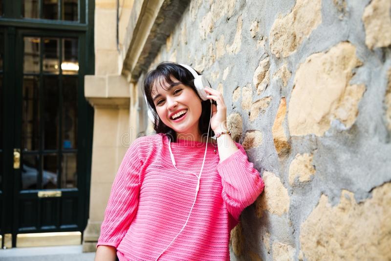 Счастливая девушка слушая к музыке с наушниками стоковые изображения rf