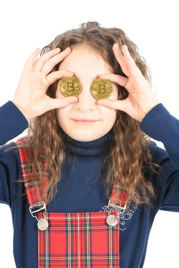 Счастливая девушка с длинным вьющиеся волосы держит bitcoin cryptocurrency 2 глаза вместо серебряное в руках на белой предпосылке стоковое изображение rf