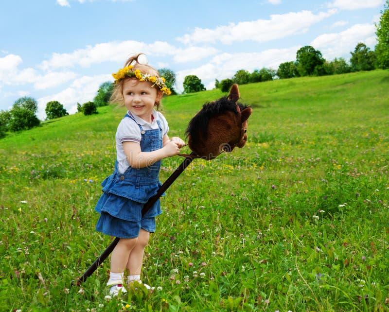 Счастливая девушка с ручкой лошади стоковые изображения rf