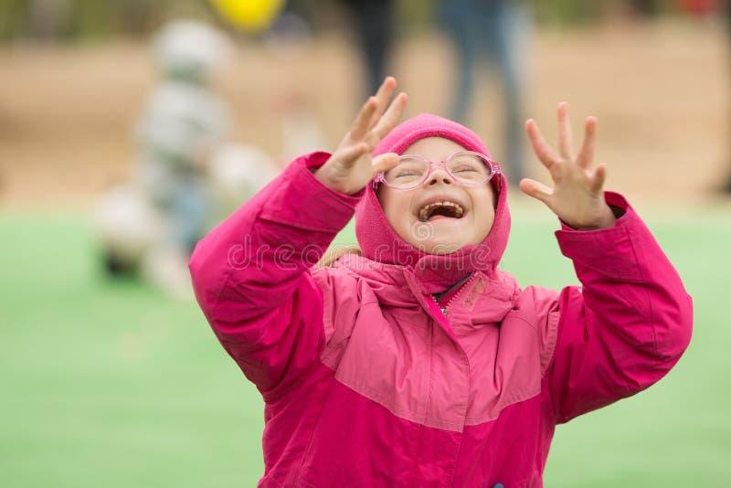 Счастливая девушка с Синдромом Дауна стоковое изображение rf