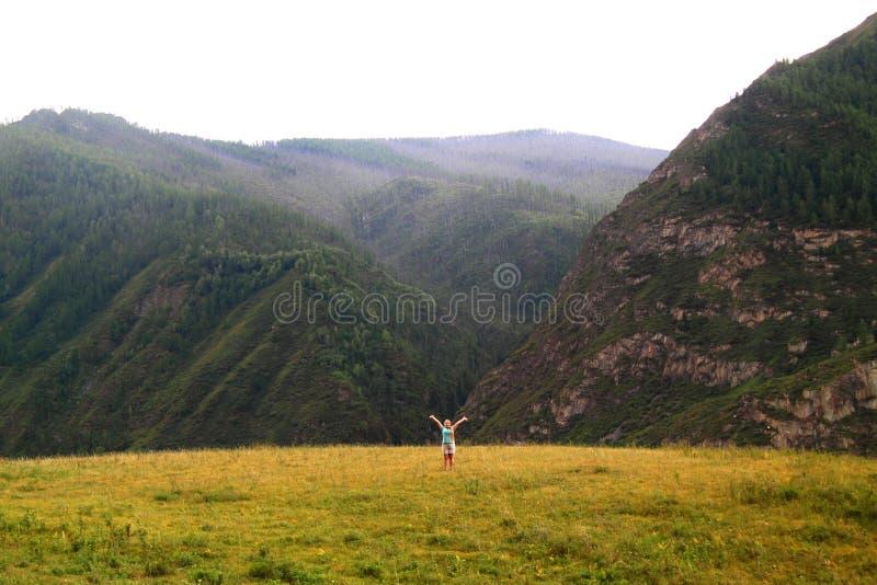 Счастливая девушка - турист раскрывая руки на предпосылке moun стоковое изображение