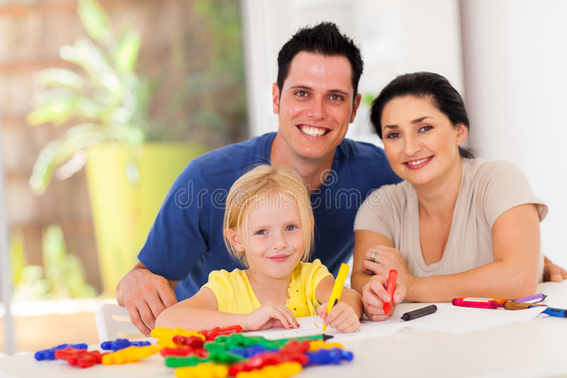 Счастливая дочь родителей стоковое фото