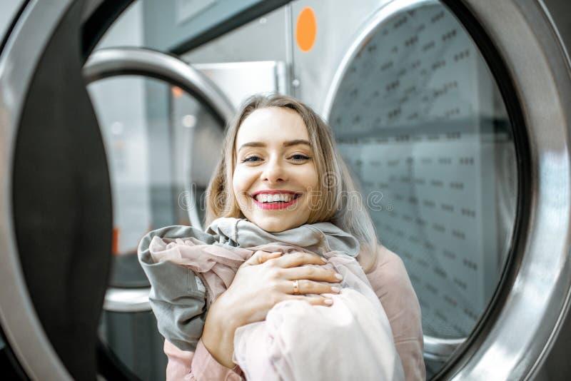 Счастливая женщина в прачечной стоковое фото rf