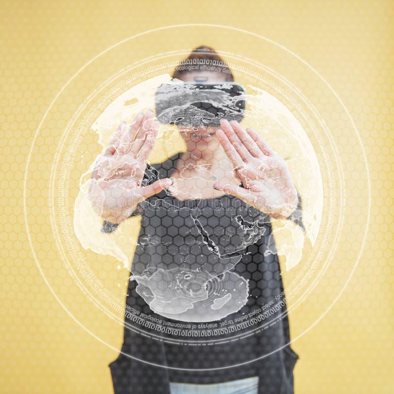 Счастливая женщина в студии получает опыт использования шлемофона виртуальной реальности VR-стекел новаторские технологии _ стоковая фотография