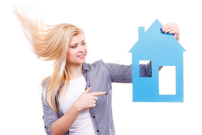 Счастливая женщина держа дом голубой бумаги стоковые фотографии rf