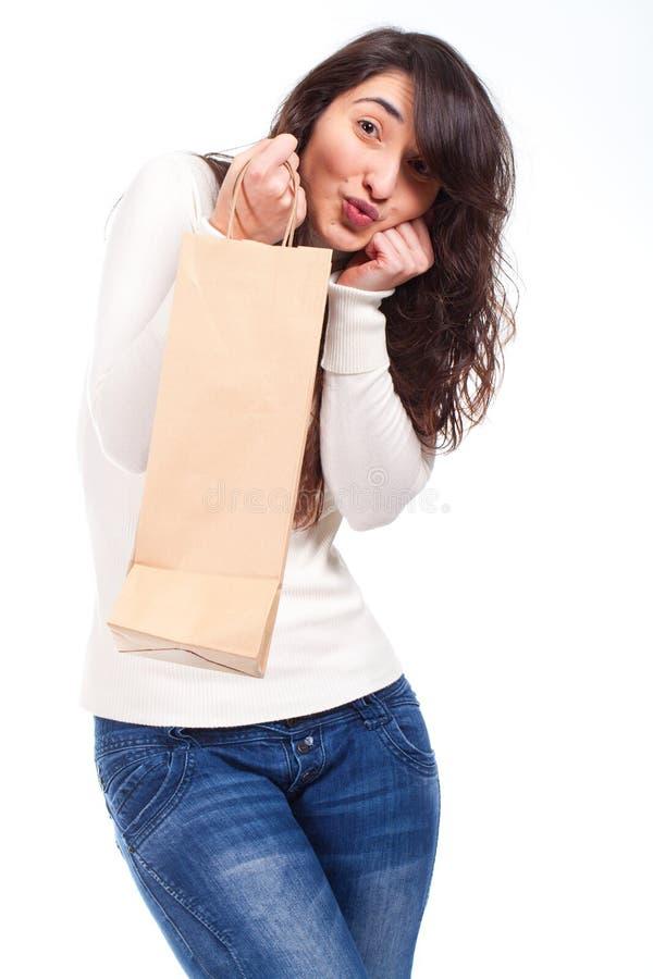 Счастливая женщина держа хозяйственную сумку стоковое фото rf