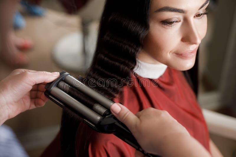 Счастливая женщина наслаждается вводить в моду на парикмахере стоковая фотография rf