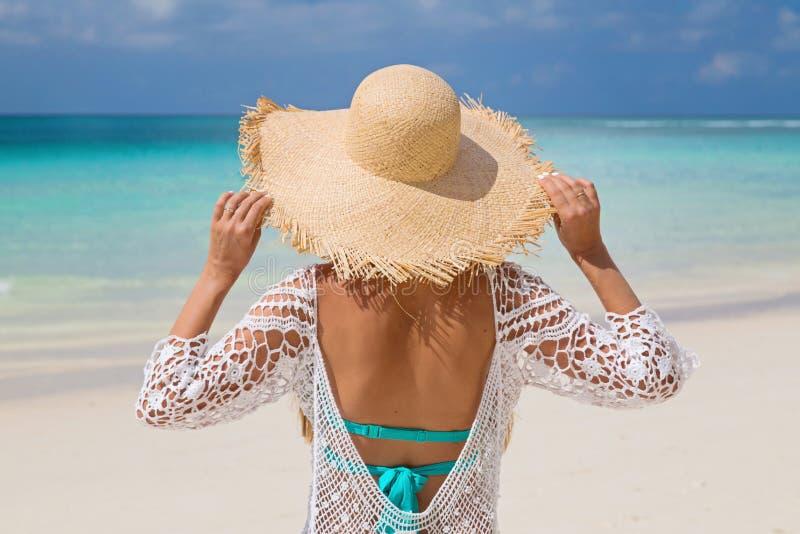 Счастливая женщина наслаждаясь ослаблять пляжа радостный летом тропическим кристаллическим открытым морем Красивая модель бикини  стоковое фото rf