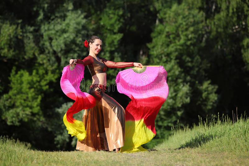 Счастливая женщина нося красивейшие танцульки костюма стоковые фотографии rf