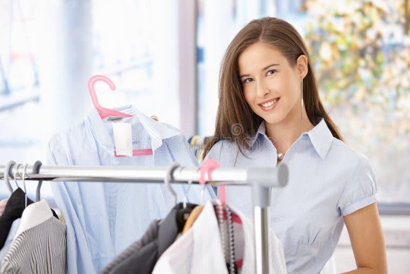 счастливая женщина покупкы рубашки стоковая фотография rf