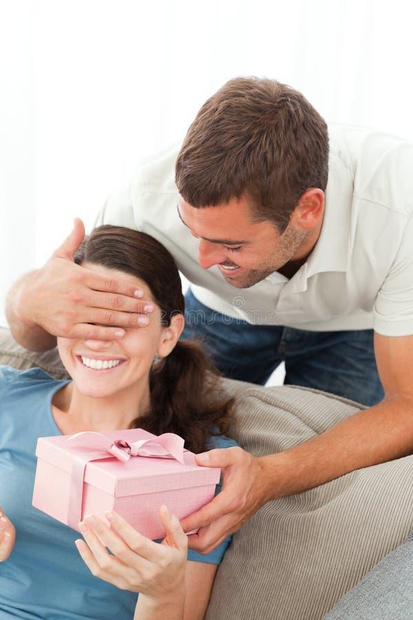Счастливая женщина получая подарок от ее друга стоковые фотографии rf