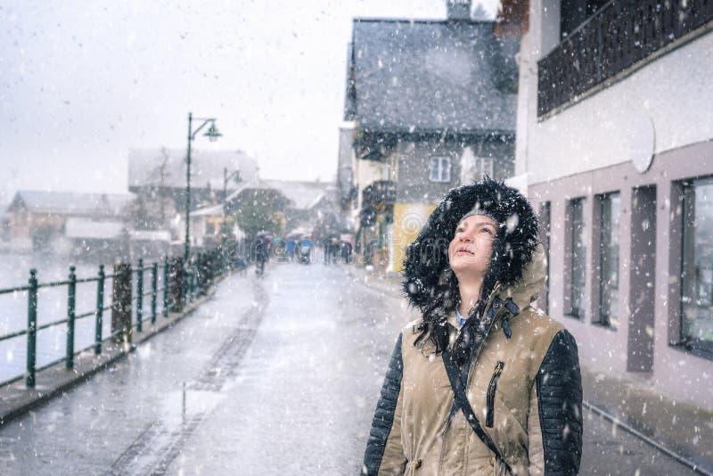 Счастливая женщина смотря вверх на снежинках стоковое изображение rf