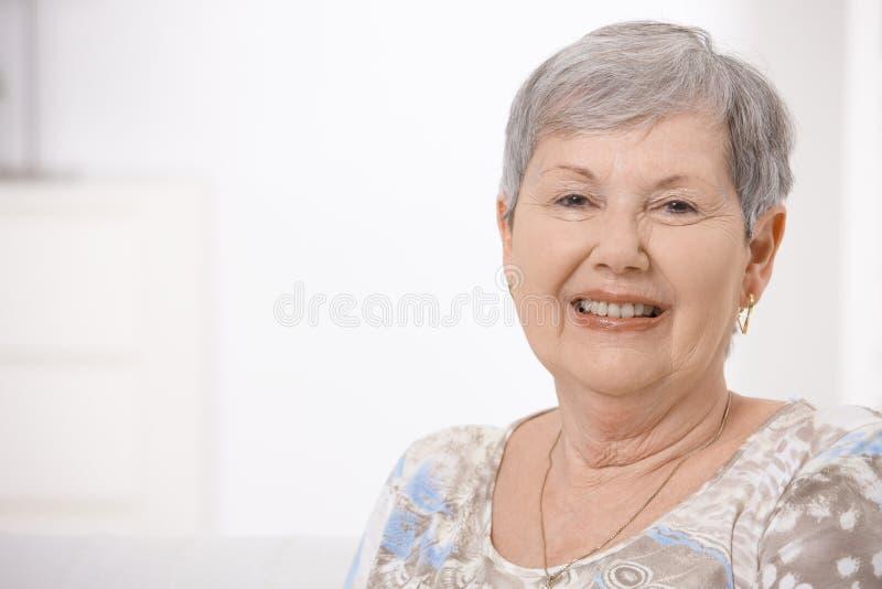 счастливая женщина старшия портрета стоковое фото