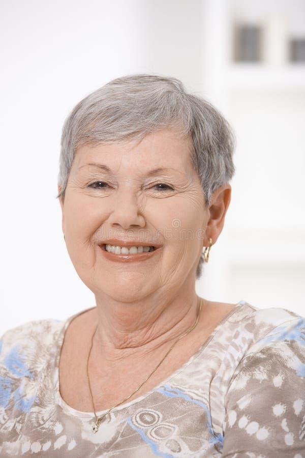 счастливая женщина старшия портрета стоковое изображение rf