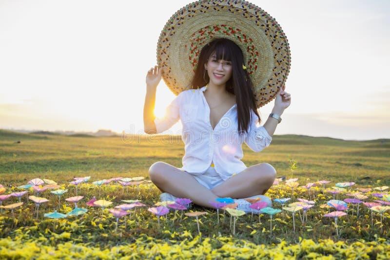 Счастливая женщина с заходом солнца стоковое изображение