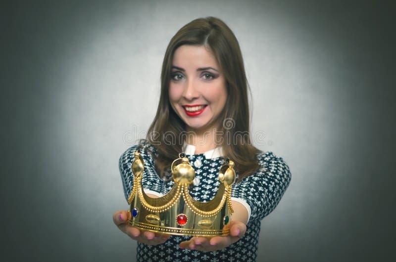 Счастливая женщина с золотой кроной Первая концепция места стоковое изображение rf