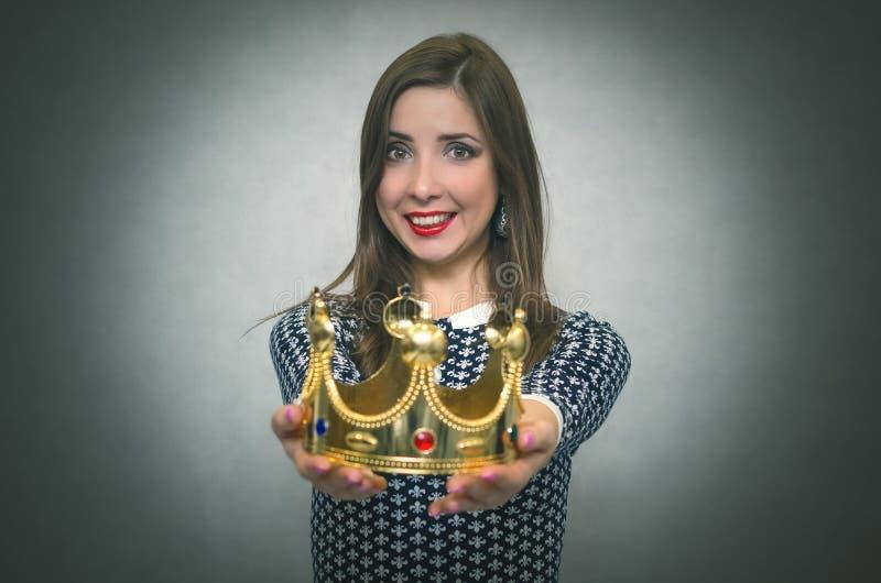 Счастливая женщина с золотой кроной Первая концепция места стоковое фото