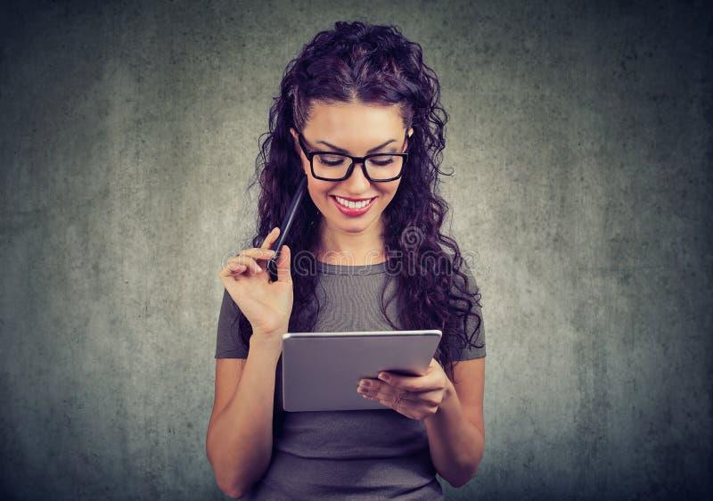 Счастливая женщина с планшетом и ручкой имеет идею стоковые изображения rf
