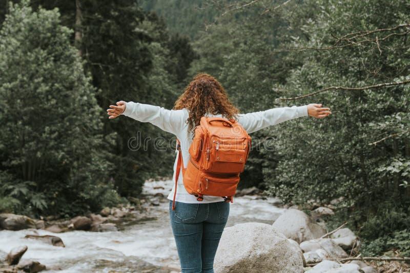 Счастливая женщина с рюкзаком в n перемещение карты dublin принципиальной схемы города автомобиля малое стоковые фото