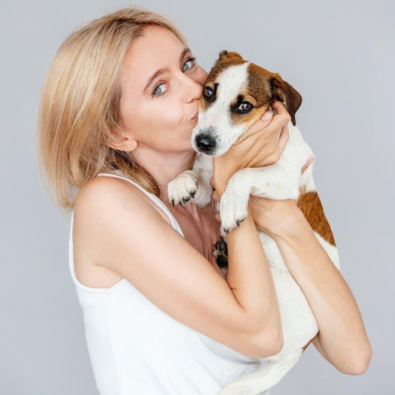 Счастливая женщина с собакой стоковое фото rf