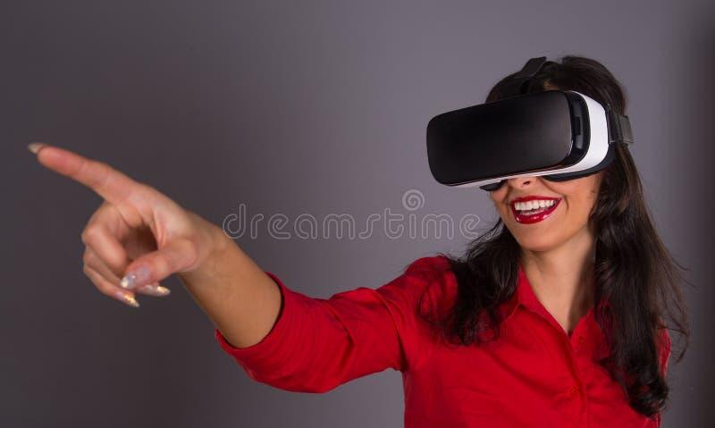 Счастливая женщина с стеклами виртуальной реальности стоковые фото