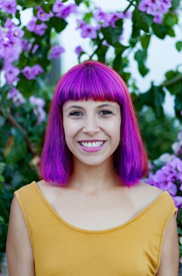 Счастливая женщина с фиолетовыми волосами и желтым платьем стоковые изображения rf