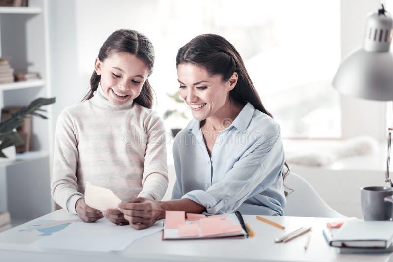 Счастливая женщина тратя время с ее дочерью стоковая фотография