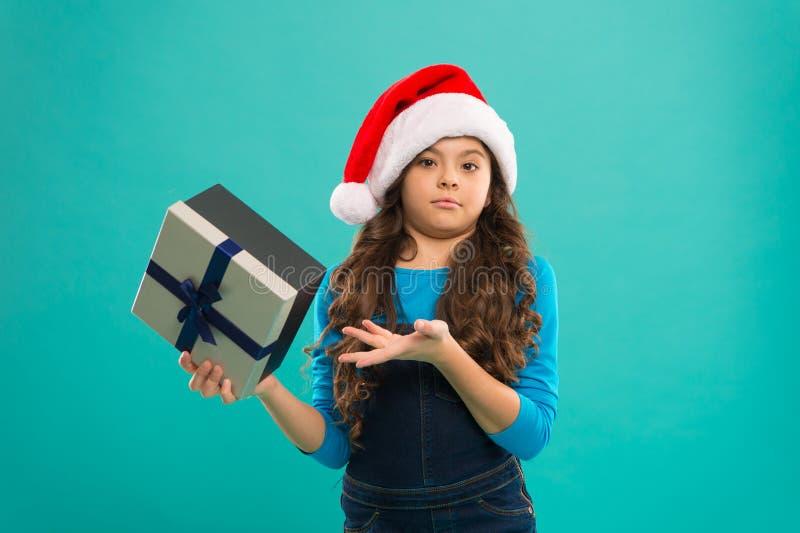 счастливая зима праздников Небольшая расстроенная девушка Ребенок маленькой девочки в шляпе santa Партия Новый Год Ребенк Санта К стоковое фото rf
