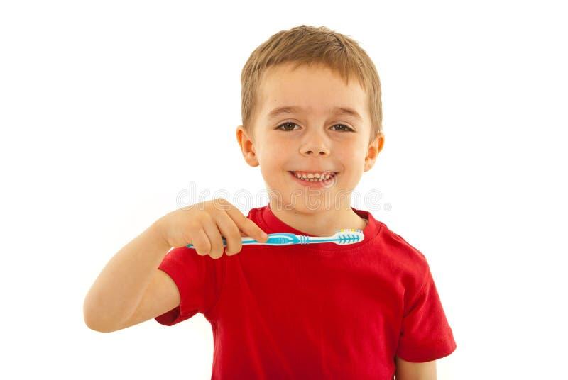 счастливая зубная щетка малыша стоковые изображения