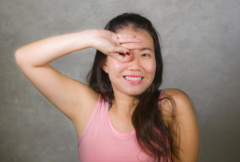 Счастливая и красивая азиатская китайская женщина подростка подражая жесту узла пальцев торжества цели футболиста который стал a стоковые изображения