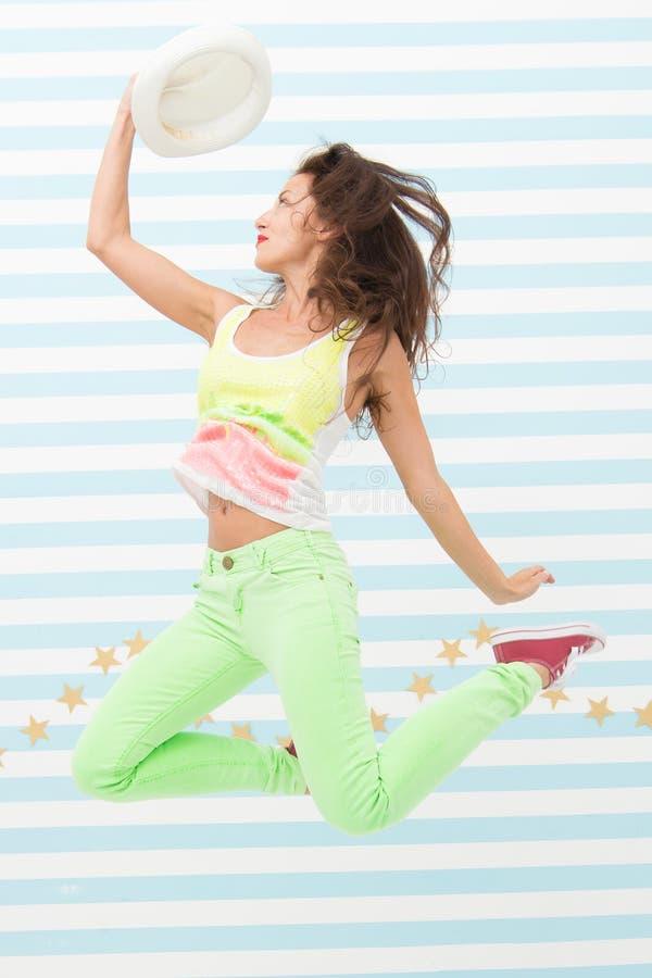 Счастливая и стильная сексуальная женщина Фотомодель очарования Сумасшедшая девушка в красочных sporty одеждах Способ и красотка  стоковое изображение