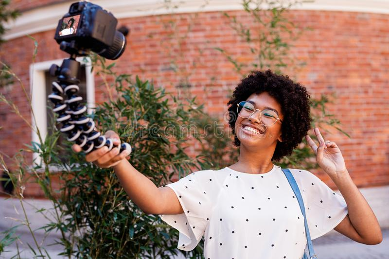 Счастливая киносъемка девушки на цифровой фотокамере стоковые фото