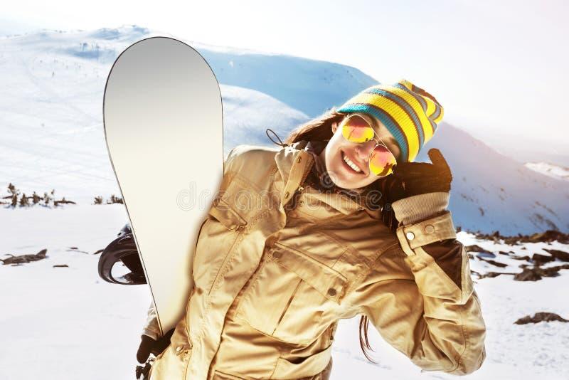 Счастливая концепция катания на лыжах лыжи сноуборда snowboarder девушки стоковые изображения
