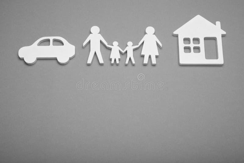 Счастливая концепция квартиры и автомобиля семьи Страхование и защитить жизнь r стоковое изображение rf