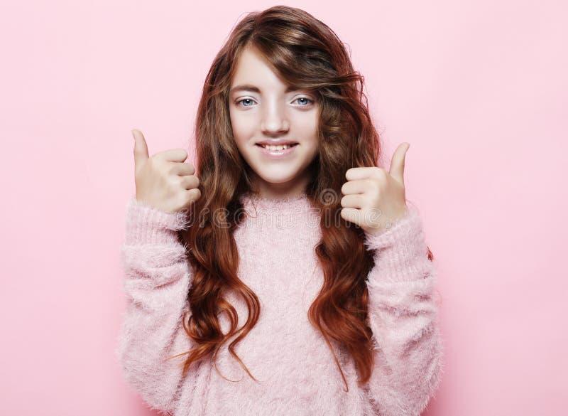 Счастливая концепция людей - усмехаясь маленькая девочка показывая мир показывать стоковая фотография rf