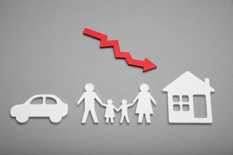 Счастливая концепция падения изобилия семьи Красная падая диаграмма, стрелка стоковое изображение rf