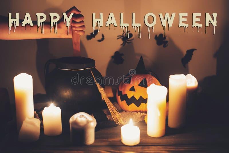 Счастливая концепция текста хеллоуина Пугающий знак хеллоуина Рука ведьмы стоковые изображения rf