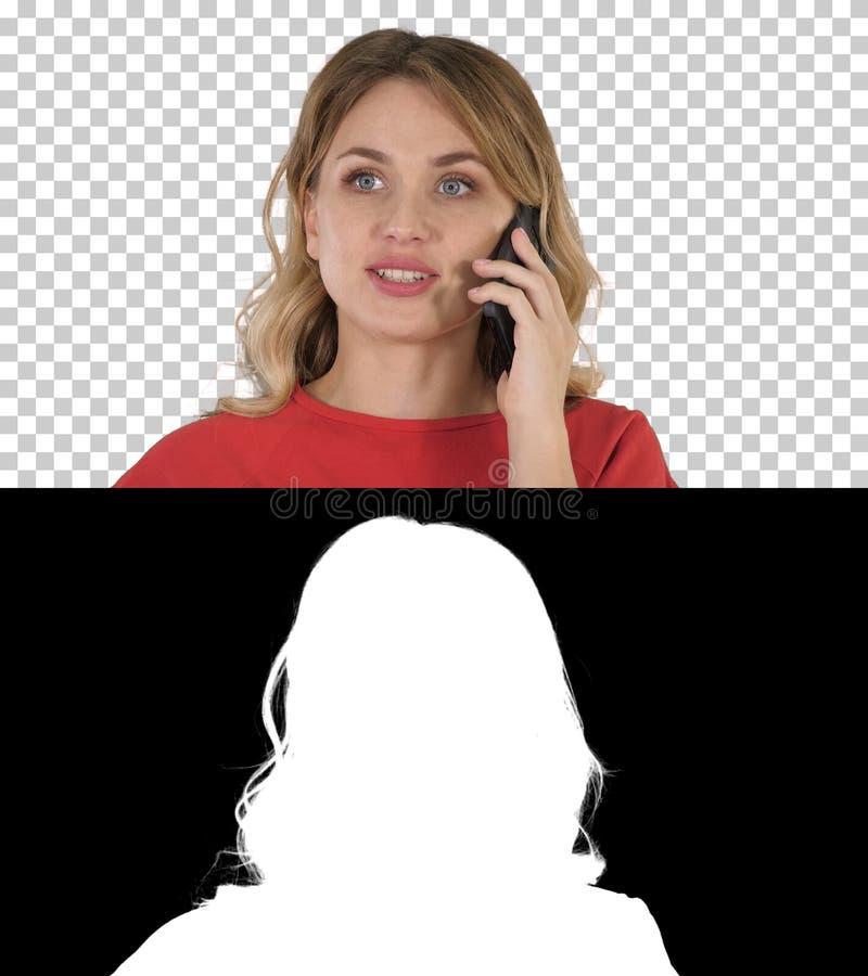 Счастливая красивая девушка вызывая по телефону, канал альфы стоковые изображения rf