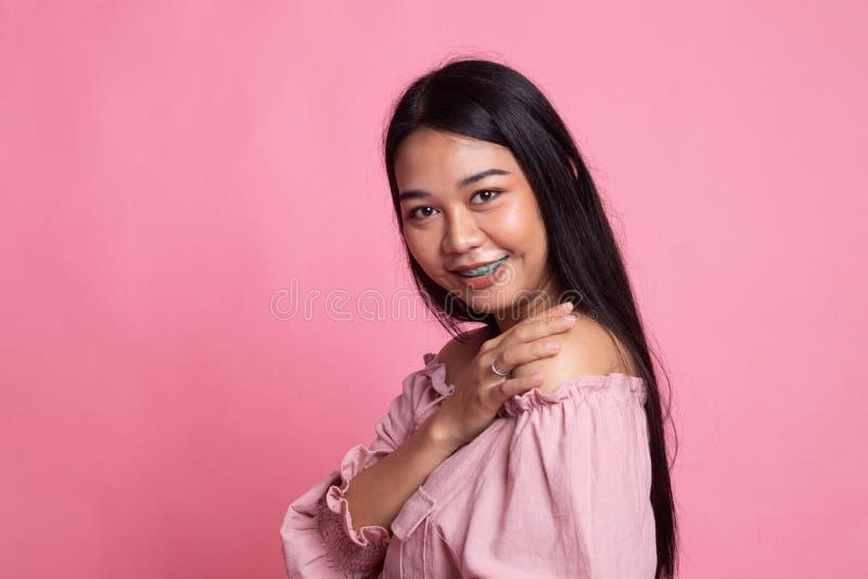 Счастливая красивая молодая азиатская женщина стоковые изображения rf
