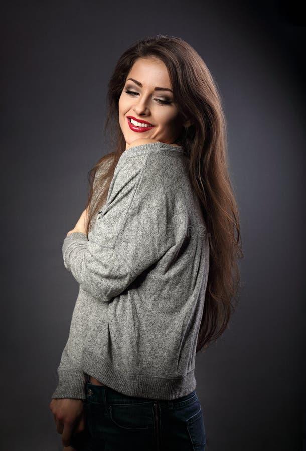 Счастливая красивая молодая женщина обнимая с естественной эмоцией стоковые фотографии rf