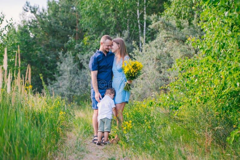 Счастливая красивая молодая семья представляя outdoors стоковое фото